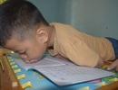 Giấc mơ được đến trường của cậu bé 7 tuổi liệt tứ chi, tập viết bằng miệng