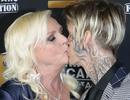 Aaron Carter gây tranh cãi khi hôn môi mẹ