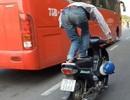 """Người đàn ông liên tục đứng lái xe máy, CSGT """"không thể xử phạt""""?"""