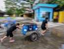 """Người dân Hà Nội kẽo kẹt """"xe kéo"""" đi lấy nước"""
