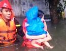 Cảnh sát căng dây giữa dòng lũ, cứu sống 2 mẹ con đang co ro trên nóc tủ