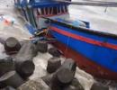 Vừa ra cửa biển, tàu cá bị sóng đánh vỡ nát