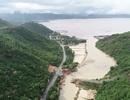 Lũ đánh gãy cầu tạm, 300 hộ dân bán đảo bị chia cắt với đất liền
