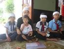 Đớn đau tột cùng, người phụ nữ trẻ dắt 4 đứa con ra đồng mót khoai ăn qua ngày
