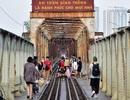 Phố đường tàu đóng cửa, khách du lịch đổ xô ra cầu Long Biên chụp ảnh