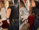 """Cô gái xinh đẹp có hành động lố bịch gây """"đỏ mặt"""" với nam cảnh sát khi bị bắt"""