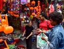 """Khách nước ngoài bất ngờ khi lạc vào """"ma trận"""" đồ Halloween ma mị ở Hà Nội"""