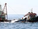Tàu hơn 6.000 tấn chìm, 12 người lênh đênh trên biển Hà Tĩnh