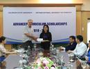 Giáo sư Mỹ hỗ trợ, quyên góp tiền tặng học bổng cho sinh viên nghèo Việt Nam
