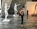 """Tượng khỏa thân bị """"bắt mặc quần áo"""" khiến nghệ sĩ điêu khắc cảm thấy """"xấu hổ"""""""