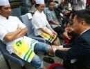 Trung Quốc: Sếp cúi lạy, quỳ gối rửa chân cho nhân viên