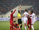 Cầu thủ và ban huấn luyện UAE quây trọng tài sau tấm thẻ đỏ