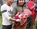 Các cô giáo hỗ trợ sản phụ sinh con bên đường