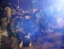 """800 người biểu tình """"đầu hàng"""" cảnh sát Hong Kong"""