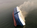 """Mỹ """"đau đầu"""" tìm cách cứu siêu tàu chở 4.200 ô tô bị lật giữa biển"""