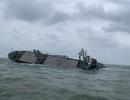 Gần 180 tấn dầu trên tàu Thái Lan gặp nạn bắt đầu tràn ra biển Hà Tĩnh