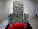 """Quý ông giàu có dùng 1 triệu USD tiền mặt làm ghế ngồi """"chống đạn"""" như ngai vàng"""