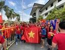 Cổ động viên Việt Nam nhuộm đỏ sân Binan trước trận gặp U22 Thái Lan