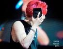 """""""Fan cuồng"""" ném iPhone 11 Pro Max lên sân khấu để tặng thần tượng"""