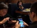 Kỳ lạ: Giao điện thoại cho phục vụ bàn, thực khách được giảm giá ngay tức khắc