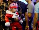 Những em bé đáng yêu trong đêm Giáng sinh trên phố Tây Sài Gòn
