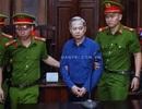 Nguyên Phó Chủ tịch TPHCM Nguyễn Hữu Tín đến tòa trong dáng vẻ gầy gò