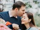 Lan Phương được chồng ngoại quốc hôn đắm đuối khi đi chợ Việt sắm Tết Tây
