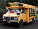 Ông nội chất chơi mua xe buýt đưa đón 10 đứa cháu đến trường
