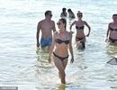 Alessandra Ambrosio quyến rũ sải bước trên biển Brazil