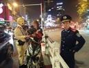 """Bị CSGT """"tuýt còi"""", chàng trai người Nga ngồi yên trên xe rồi lấy đàn ra gảy"""