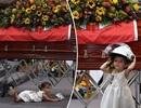 Đau thương hình ảnh bé gái vô tư chơi đùa trong lễ tang cha - một người lính cứu hỏa