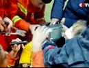Video giải cứu bé 2 tuổi kẹt đầu trong ấm đun nước