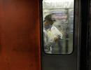 """Hỏng thang cuốn ở nhà ga tàu điện ngầm vì vấn nạn """"tiểu đường"""" tùy tiện"""