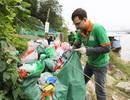 Người nước ngoài tình nguyện nhặt rác ngày ông Công ông Táo