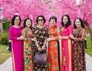 """Bộ ảnh áo dài rực rỡ của """"Hội bạn thân U60"""" gây sốt tại lễ hội hoa xuân của Vinhomes"""