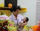 Lễ đầy tháng đặc biệt tại bệnh viện của bé trai bị mẹ bỏ rơi