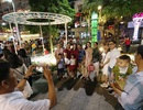 Giành giật nhau chọn chỗ chụp hình trên đường hoa Nguyễn Huệ