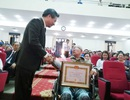 Cụ ông 81 tuổi ngồi xe lăn đến nhận Huy hiệu 55 năm tuổi Đảng