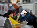 Hành khách đeo khẩu trang kín mít ở sân bay, bến xe phòng virus Corona