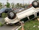 Xe bán tải lật ngửa sau khi tông ô tô, 5 người bị thương