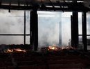 Hàng trăm người chữa cháy không cứu được ngôi nhà gỗ 3 gian