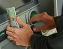 """Tài khoản """"bị"""" người khác chuyển nhầm tiền, có phải trả lại không?"""