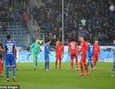 Phản đối CĐV, Bayern Munich và đối thủ nghỉ đá, đứng nói chuyện