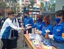 Đoàn trường hỗ trợ đo nhiệt độ, phát khẩu trang cho sinh viên