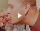 """Phản ứng """"chết cười"""" của bé khi bố mẹ hôn nhau"""