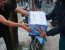 Các hộ dân trong khu cách ly Trúc Bạch được cung cấp nhu yếu phẩm