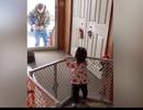 """""""Cay mắt"""" xem những hành động của bé con khi bố đi làm về"""