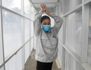 Lập buồng khử khuẩn, dựng vách ngăn bàn ăn chống dịch Covid-19 lây lan