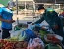 Dân quân bán rau giúp tiểu thương trong khu cách ly