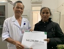 Bà còm cõi cõng cháu bại não đi chữa bệnh được giúp đỡ gần 142 triệu đồng